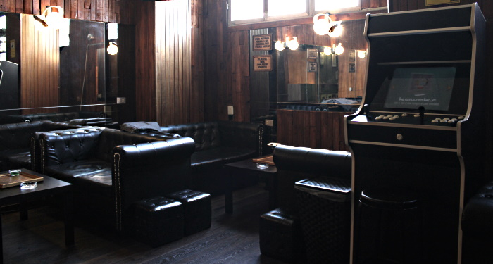 The main hanging out area of Culcanna with a few sofas and an Arcade